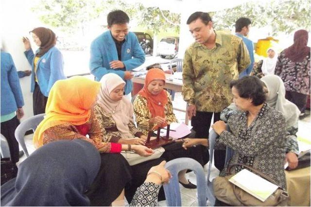 Peserta terlibat aktif mencoba menggunakan alat peraga
